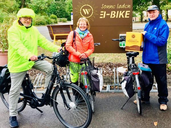 1-Aktionstag-Wine-Bike-Vor-der-E-Bike-Ladestation-bei-den-Sonnenwinzern-in-Breisach