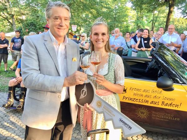 1-Mit-Schlussel-Cabrio-und-Weinkoffer-Dr-Schuster-freut-sich-fur-die-neue-Weinprinzessin-Lea-Tritschler-Ab-jetzt-ON-TOUR-im-Namen-der-Krone
