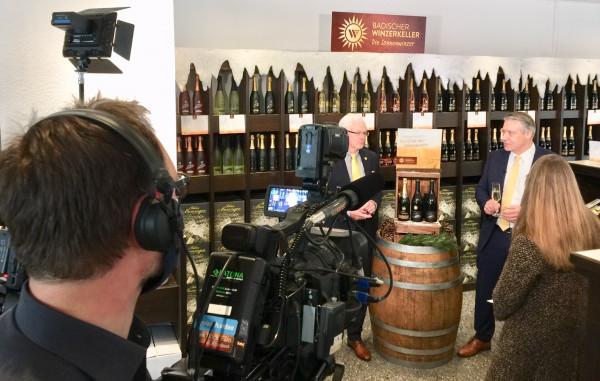 1-TV-Dreh-zum-Weintalk-3-nach-7-Die-Sonnenwinzer-Vorstaende-geben-Einblick-in-das-Haus-der-badischen-Winzer-Das-aktuelle-Festtags-Weinpaket-im-Mittelpunkt