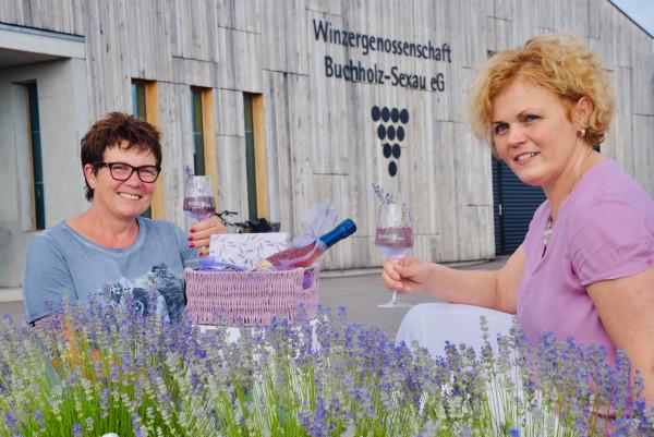Froehliche-Gesichter-der-WG-BuchholzSexau-Bettina-Schaetzle-und-Margarete-Kane-hier-beim-Lavendelfest-2019-Foto-Hubert-Bleyer