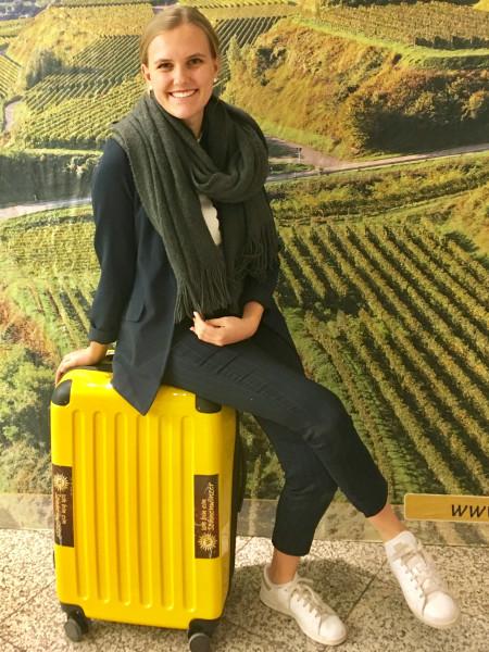 Weinhoheiten-auf-Tour-bei-der-Baden-Wuerttemberg-Classics-in-Hannover-Lea-Tritschler-mit-einem-Koffer-voller-Wein