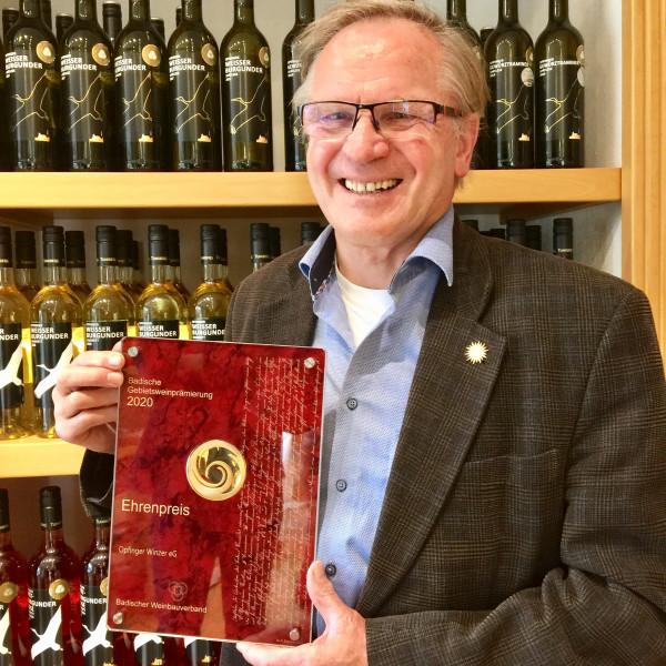 Mit-gutem-Beispiel-Ehrenpreis-fuer-die-Sonnenwinzer-WG-Opfingen-vom-Tuniberg-Dem-Vorsitzenden-Guenter-Linser-steht-die-Freude-ins-Gesicht-geschrieben