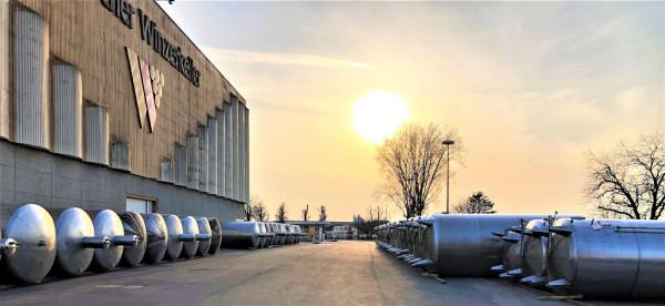 1-UEber-den-Daechern-des-Badischen-Winzerkellers-Tanks-und-Technik-in-Aktion-Saubere-Aufgliederung-fuer-mehr-Struktur2